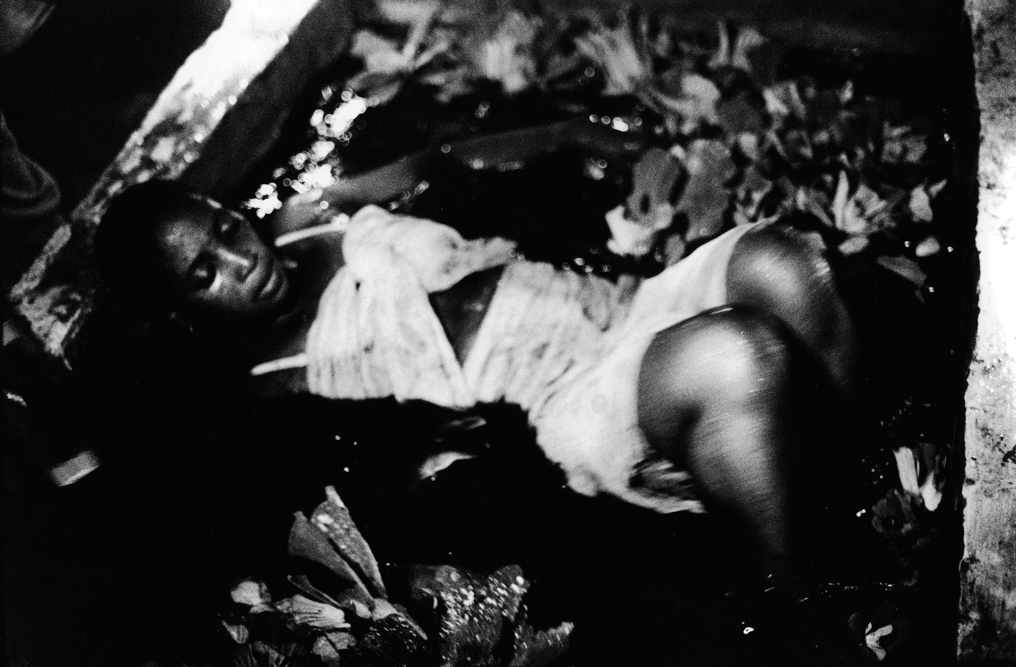 Sèrie: Viatge al país de les ànimes. Komian Adjoua posseguda per Mami Watta al estanc sagrat d'Aniansue. Costa d'Ivori 1998