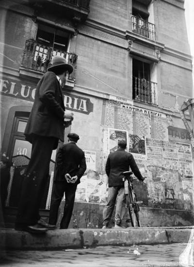 Propaganda electoral en un carrer de Sants durant les eleccions del Parlament de Catalunya de 1932
