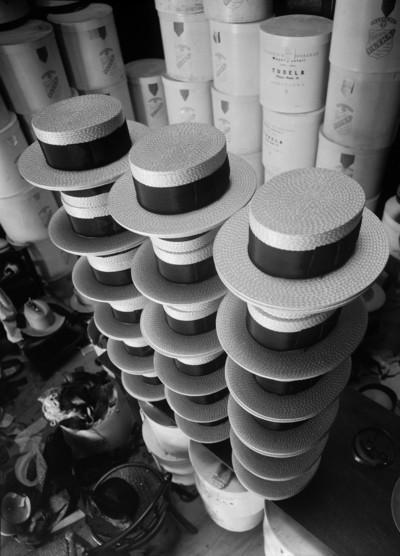 Pila de barrets de palla en una barreteria
