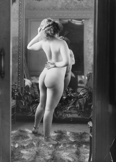 Retrat de cos sencer i d'esquena de l'actriu Sada Jacco