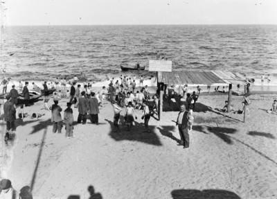 Grup d'infants a la platja de la Barceloneta