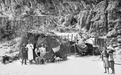 Coves i barraques als peus de Montjuïc