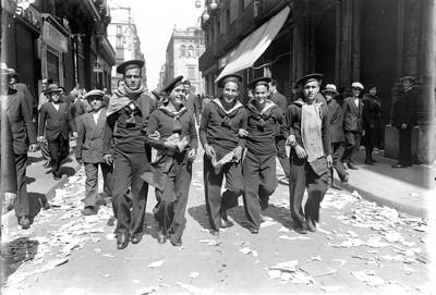Mariners celebrant la proclamació de la República al carrer Ferran de Barcelona