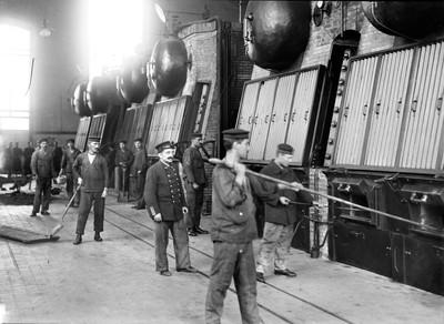 Fogoners i maquinistes del cuirassat Alfons XIII possen en marxa les màquines de l'estació elèctrica del carrer Mata a Barcelona