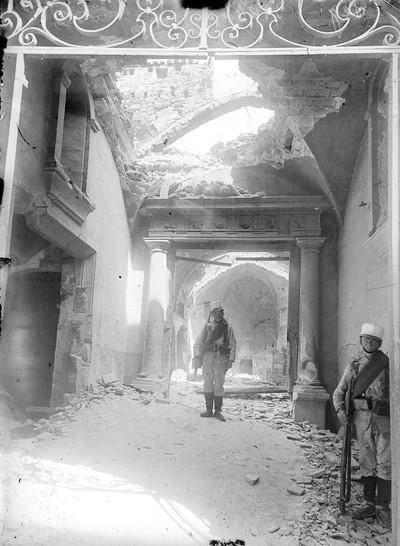 Dos soldats a l'interior del convent de les Jerònimes de Barcelona, cremat durant la Setmana Tràgica