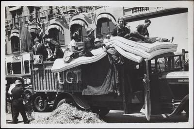 Milicians i milicianes preparats per sortir cap el front