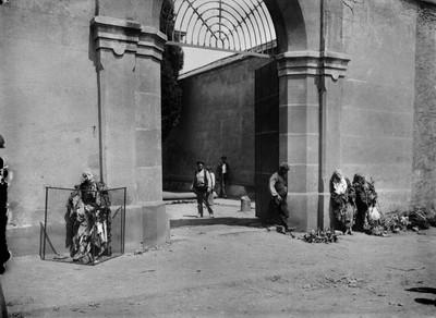 Mòmies exposades a les portes del convent de les Caputxines del Camp de Galvany, durant la Setmana Tràgica
