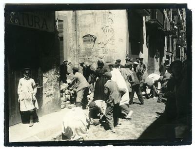 Aixecada d'una barricada durant la Setmana Tràgica