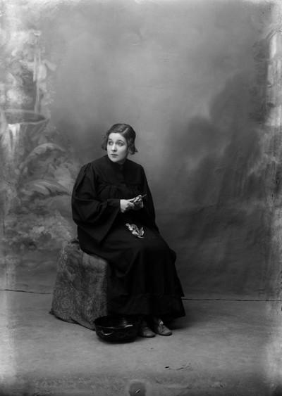 """Retrat de l' actriu Pepeta Fornés en el paper de Blanca d' Albargent a l' obra de teatre """" L' anell meravellós """""""