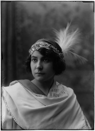 """Retrat de l' actriu Margarida Xirgu en el paper de Gilberta a l' obra de teatre """" Frou-Frou """""""