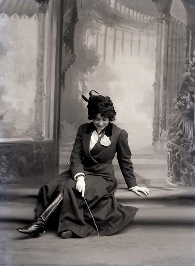"""Retrat de l' actriu Margarida Xirgu en el paper de Reina Alexia a l' obra de teatre """" La reina jove """""""