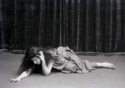 """Retrat de l' actriu Margarida Xirgu en el paper d' Electra a l' obra de teatre """" Electra """""""