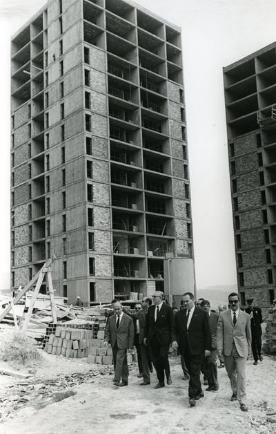 L'alcalde de Barcelona Josep Maria Porcioles visita el polígon d'habitatges en construcció al barri de Montbau