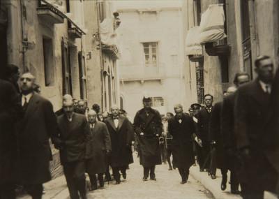 Els bisbes de Solsona i de La Seu d'Urgell, el ministre de Treball i demés autoritats, dirigint-se a l'Ofici Solemne