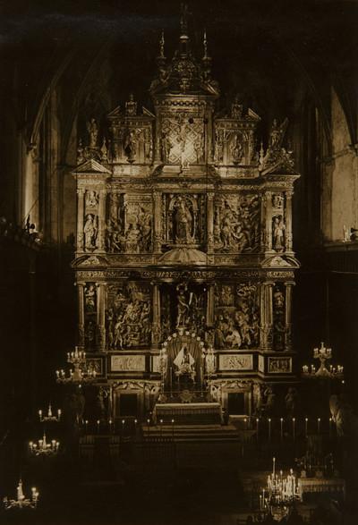 L'altar major de Sant Joan ha estat restaurat i il·luminat adequadament per a estotjar com cal la Verge de la Candela