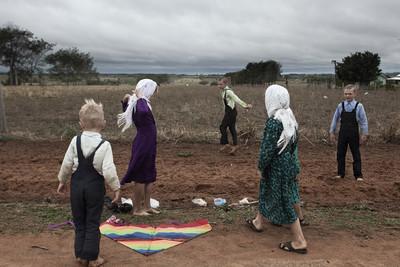 nens jugant amb un estel