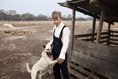 jove menoníta amb gos