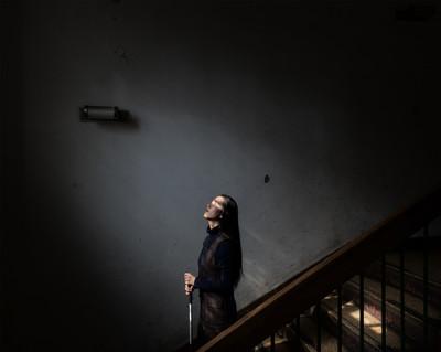 La Lina denpeus a les escales que porten al seu pis subterrani al centre de Beijing. De la sèrie Lina i Mengchun (2013-2015)