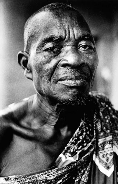 Sèrie: Viatge al país de les ànimes. Oficiant del fetitxe Mansé. Kekerenie. Costa d'Ivori 1998