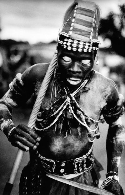 Sèrie: Viatge al país de les ànimes. Komian Tan Kouassi en trànsit. Costa d'Ivori 1998.