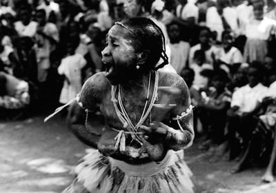 Sèrie: Viatge al país de les ànimes. Komian Brou Ahou posseïda per un esprit violent. Costa d'Ivori 1998.