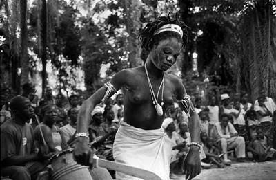 Sèrie: Viatge al país de les ànimes. Iniciada de Komian Ngouandi. Bosc sagrat d'Apronprom. Costa d'Ivori 2010