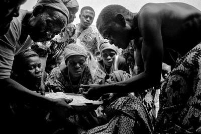Sèrie: Viatge al país de les ànimes. Ofrenes als esperits. Festa del nyame, Kekerenie. Costa d'Ivori 1998