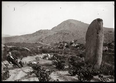 Vista general del menhir de la Murtra de Sant Climent Sescebes amb el Sr. Balmanya, mestre d'Espolla, ajagut al costat