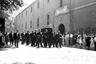 Enterrament d'un bomber mort en acte de servei a Bellmunt del Priorat, sortint de l'Hospital de Santa Tecla, a la Rambla Vella de Tarragona.