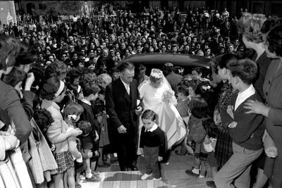 Una multitud contempla l'entrada de la núvia a l'esglèsia de Sant Joan.