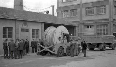 Camió de la Fàbrica Pirelli amb bobines