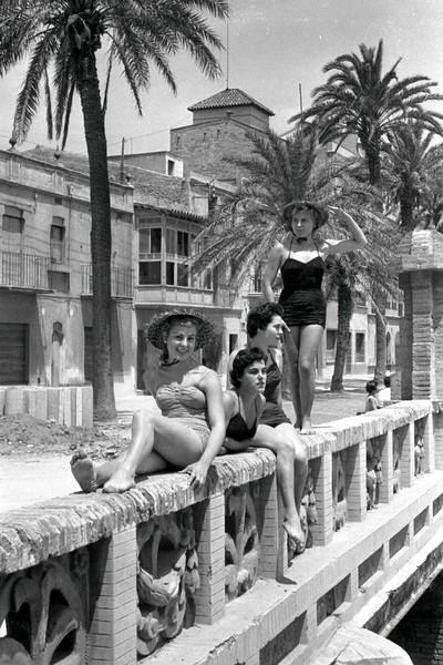 Noies en banyador al pont de Ribes Roges
