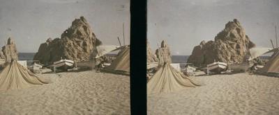 Barques i cabanyes de pescadors entre les roques de la mar Petita a Tossa de Mar