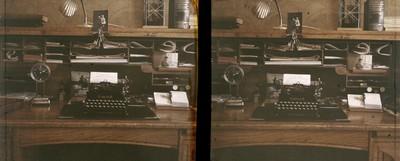 Maquina d'escriure sobre l'escriptori de Manuel Pinilla