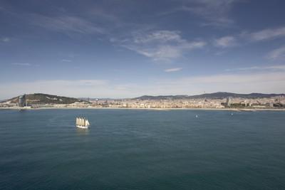 Pailebot Santa Eulàlia navegant davant el front marítim de Barcelona
