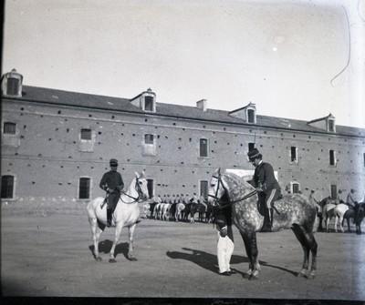 Soldats a cavall a la Plaça de les Casernes