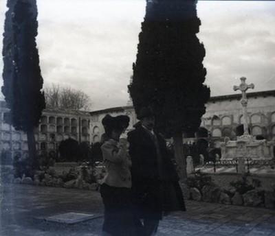 Parella al cementiri de Vilanova i la Geltrú