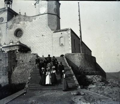 Grup de persones davant l'Església de Sitges