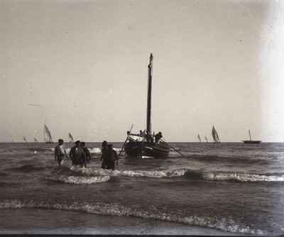 Barca i pescadors al mar