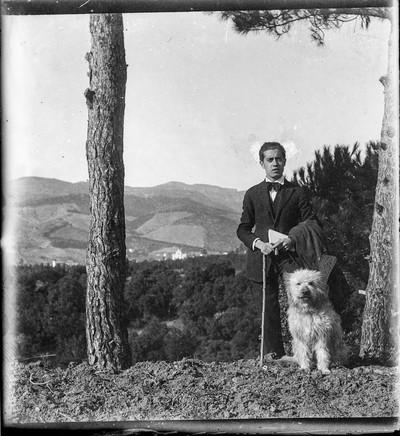 Manuel Blancafort de jove passejant amb el seu gos Slay a La Garriga