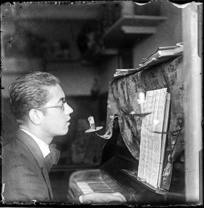 Manuel Blancafort de jove al piano a l'Ermita, golfes del Balneari Blancafort de La Garriga