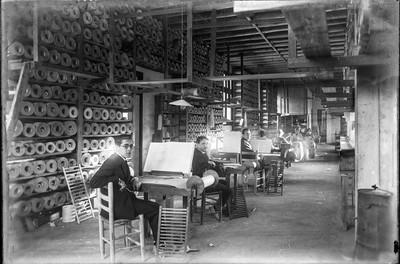 Manuel Blancafort, Joan Alius i altres treballadors de la Fàbrica Blancafort, transcrivint les partitures a un patró