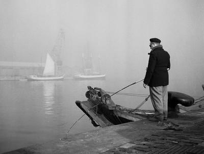Pescador de canya al port de Barcelona