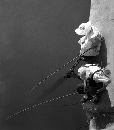 Pescadors de canya al port de Barcelona