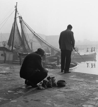 Pescadors de canya al Moll de Pescadors ( Barcelona)