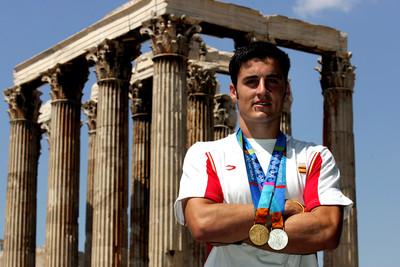 El piragüista David Cal exhibeix les medalles d'or i plata dels Jocs Olimpics d'Atenes/ De la sèrie Jocs Olimpics