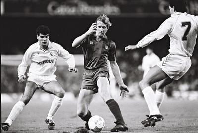 El jugador blaugrana Bernd Schuster entre dos marcadors del Real Madrid/ De la sèrie Barça