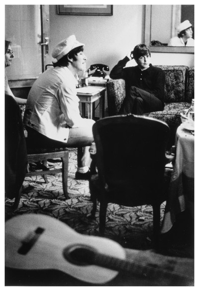 John Lennon i Paul McCartney a la suite de l'hotel Avenida Palace on estaven allotjats els Beatles