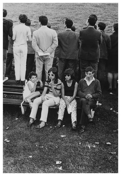 Joves avorrits durant la inauguració de la temporada hípica amb la presència del «Generalísimo Franco»