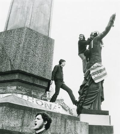 """Grup de manifestants al monument de la Diagonal amb Passeig de Gràcia, convocats per l'Assemblea de Catalunya sota el lema """"Llibertat, Amnistia i Estatut d'Autonomia"""""""